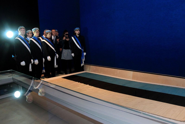 """EÜS sinimustvalge trikoloori juures ERMi eesti püsinäituse teemanäitusel """"Rahvas ja riik"""""""